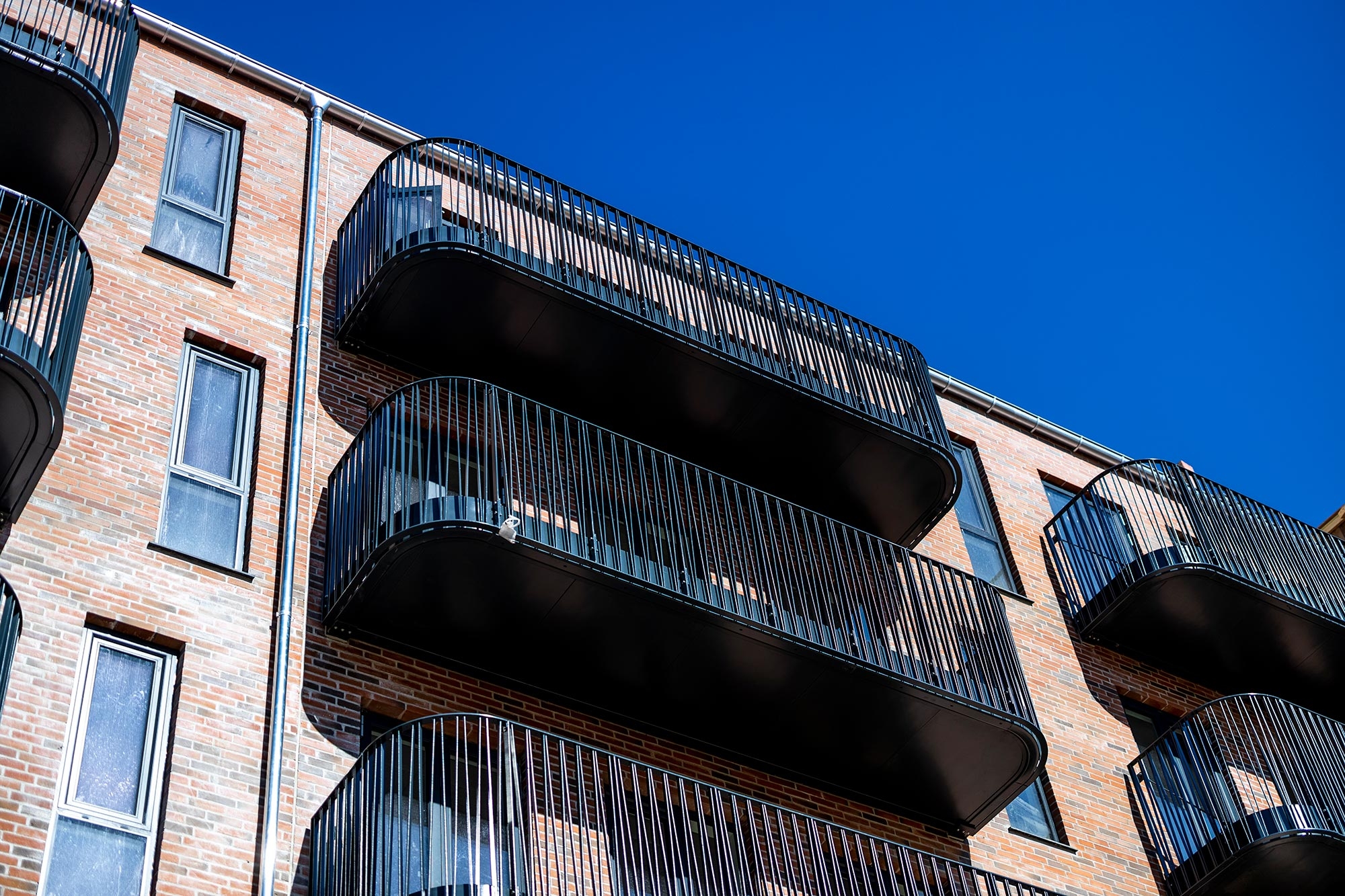 Bygning med altaner